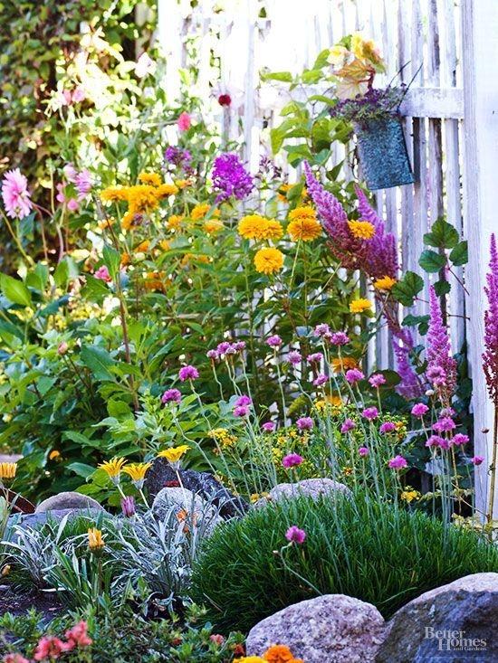 Elegant Farmhouse Garden Décor Ideas 09