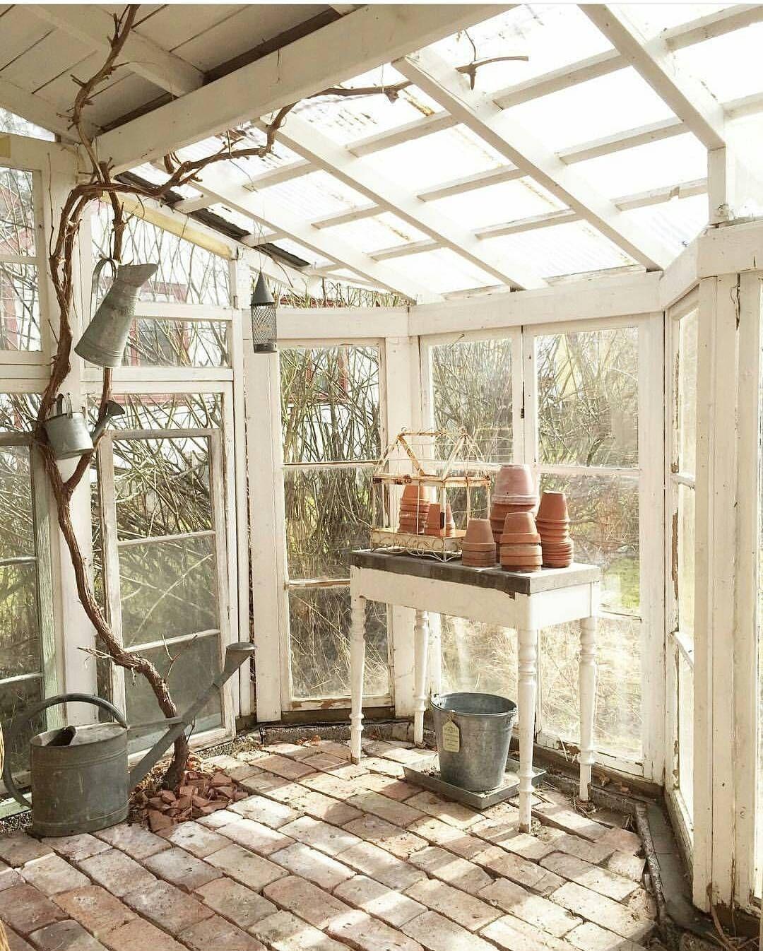 Elegant Farmhouse Garden Décor Ideas 14