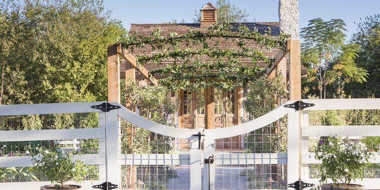 Elegant Farmhouse Garden Décor Ideas 18