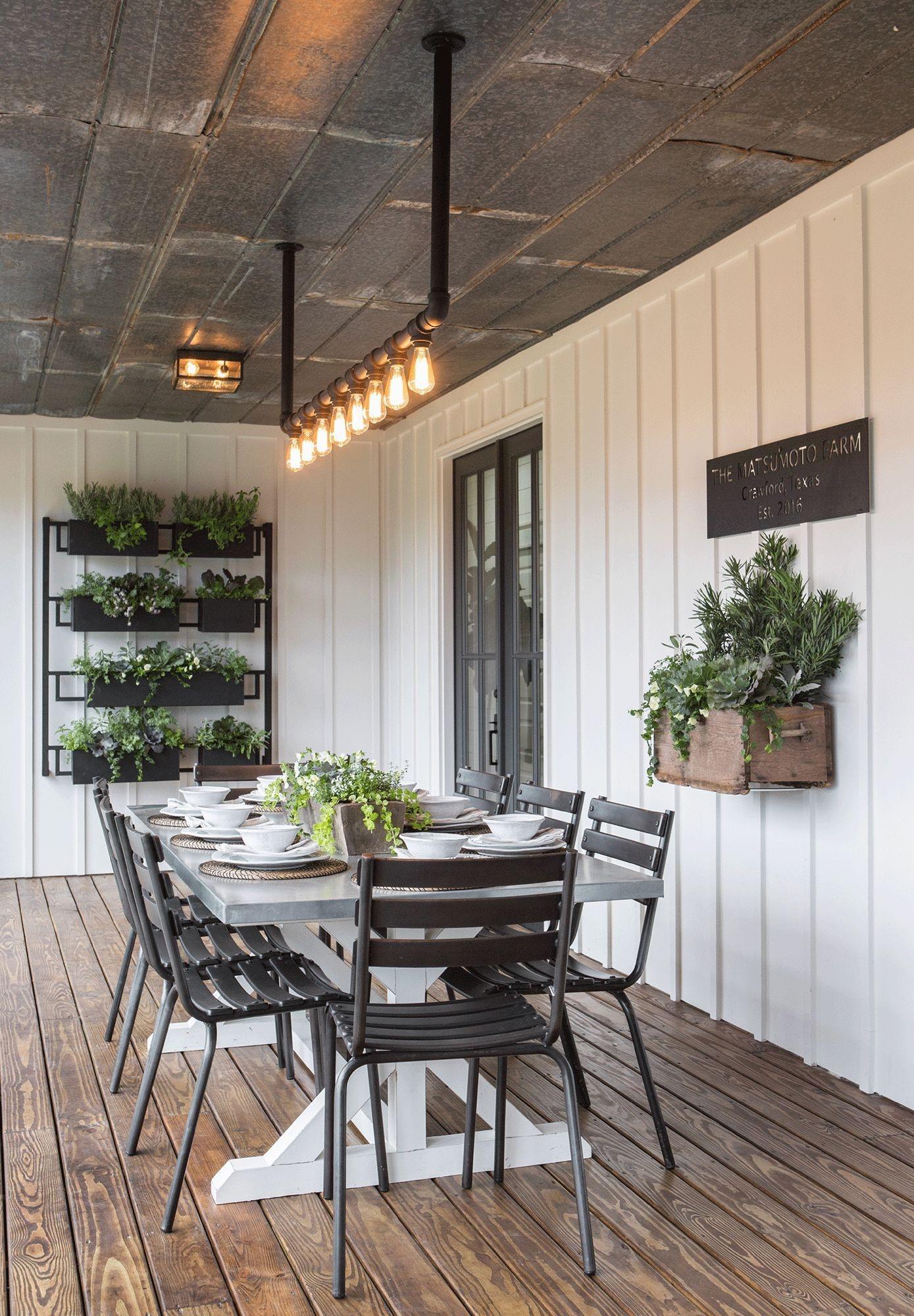 Elegant Farmhouse Garden Décor Ideas 34