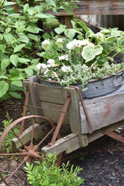 Elegant Farmhouse Garden Décor Ideas 38