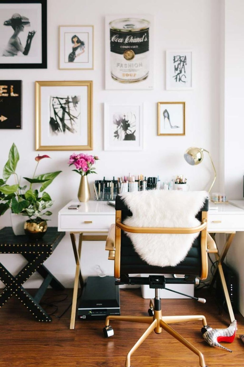 Relaxing Black And White Apartment Décor Ideas 23