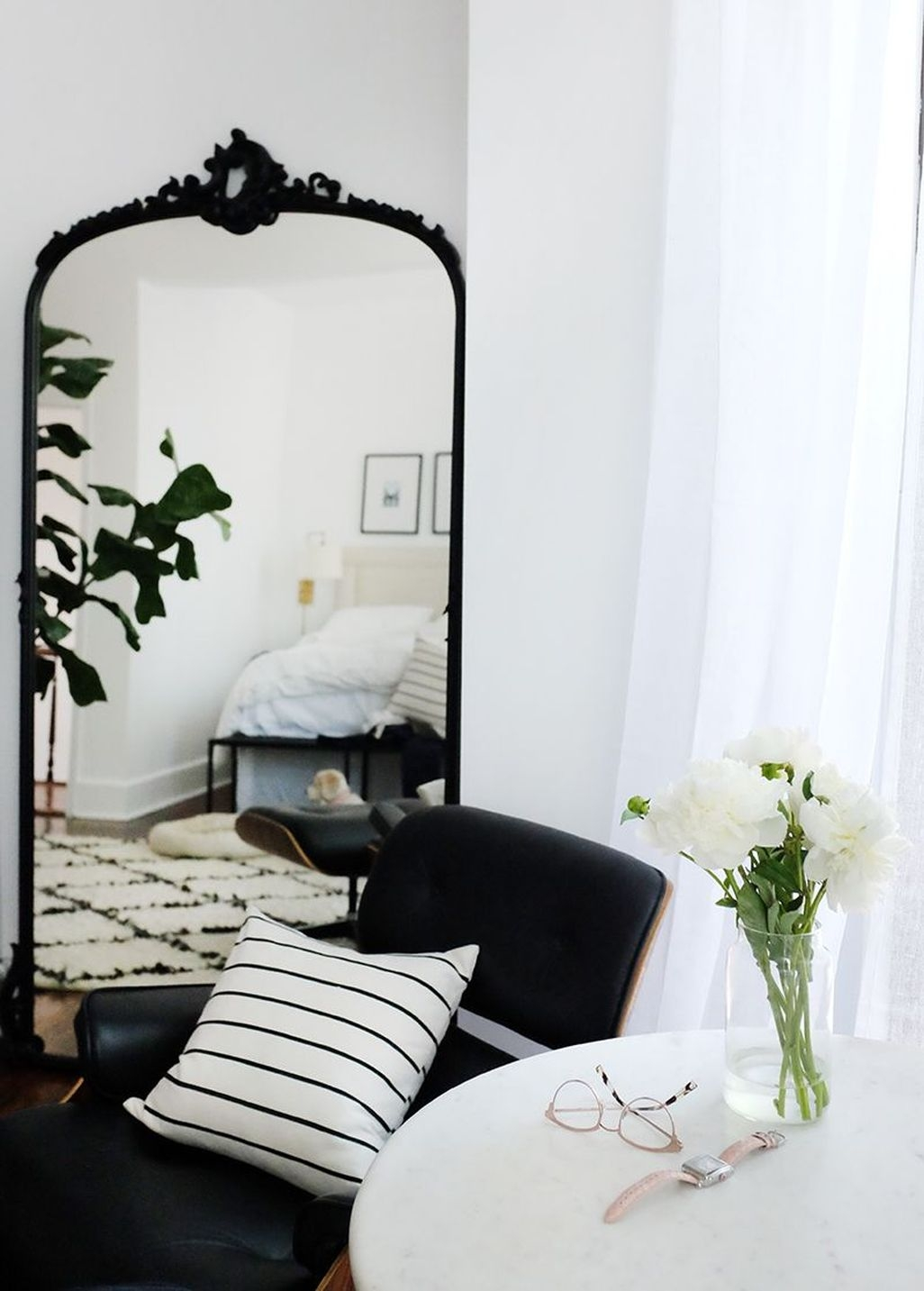 Relaxing Black And White Apartment Décor Ideas 30