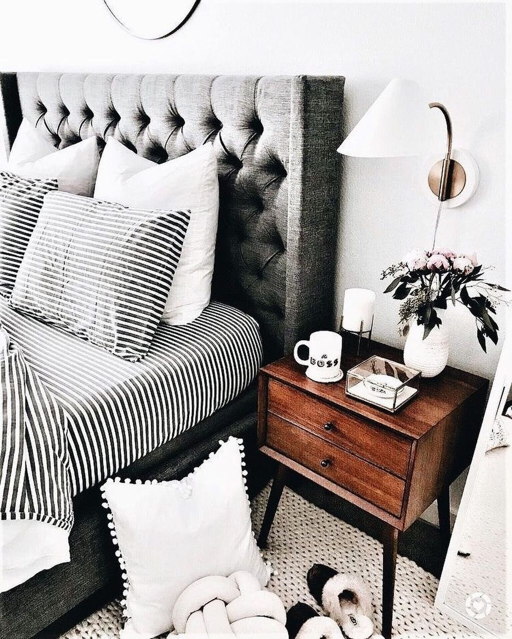 Relaxing Black And White Apartment Décor Ideas 48