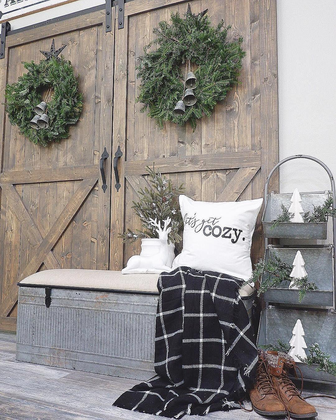 Lovely Farmhouse Christmas Porch Decor And Design Ideas 03