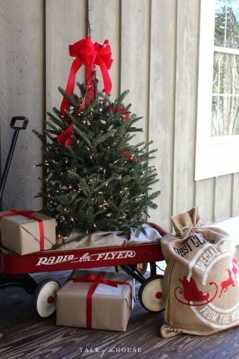 Lovely Farmhouse Christmas Porch Decor And Design Ideas 07