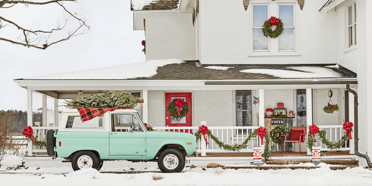 Lovely Farmhouse Christmas Porch Decor And Design Ideas 32