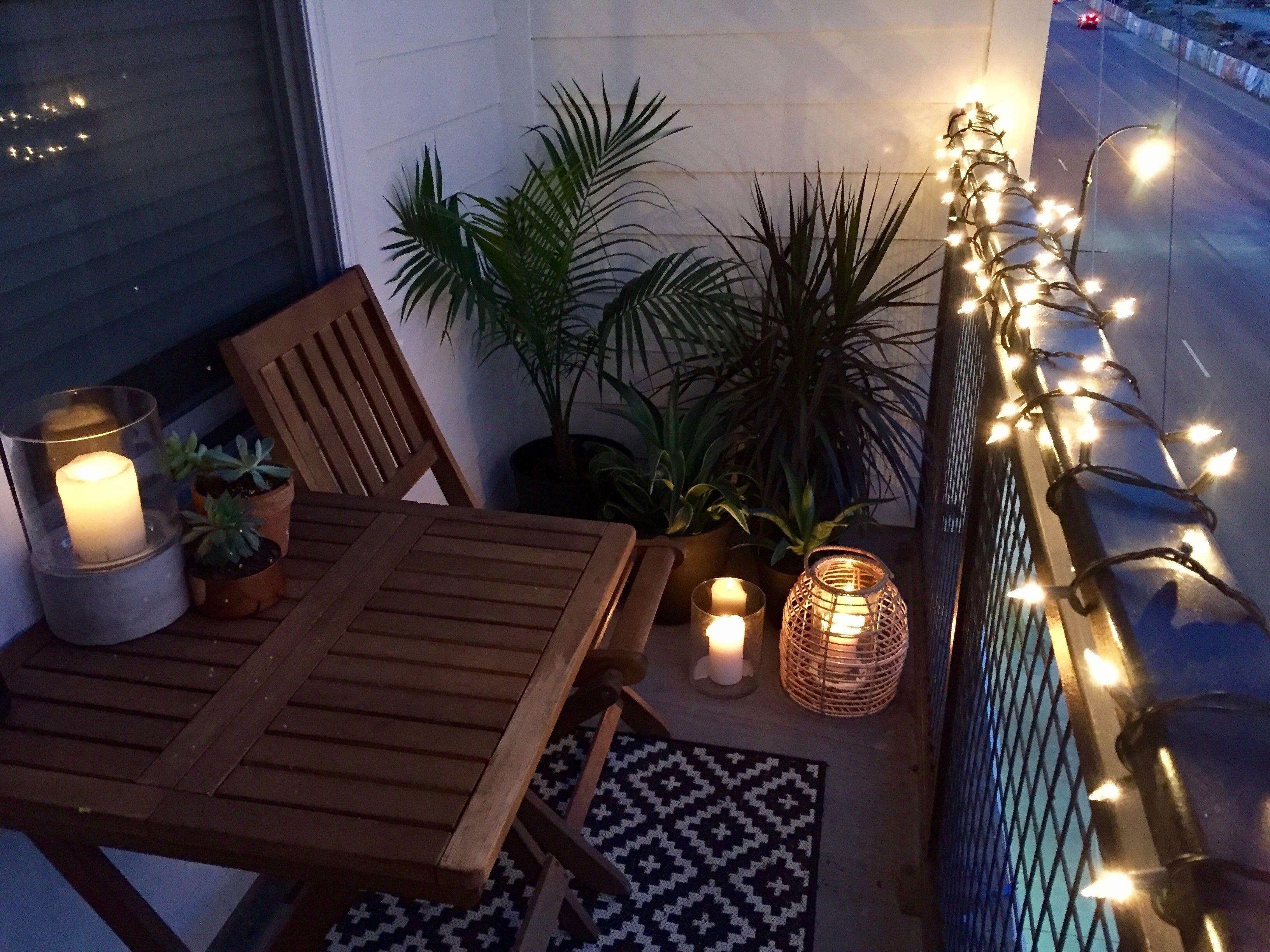 Popular Apartment Balcony For Christmas Décor Ideas 13