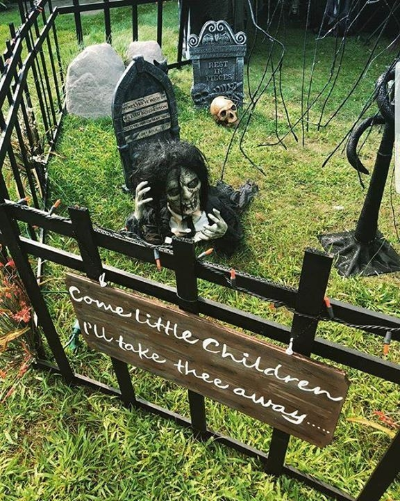Stylish Outdoor Halloween Decorations Ideas That Everyone Will Be Admired Of10