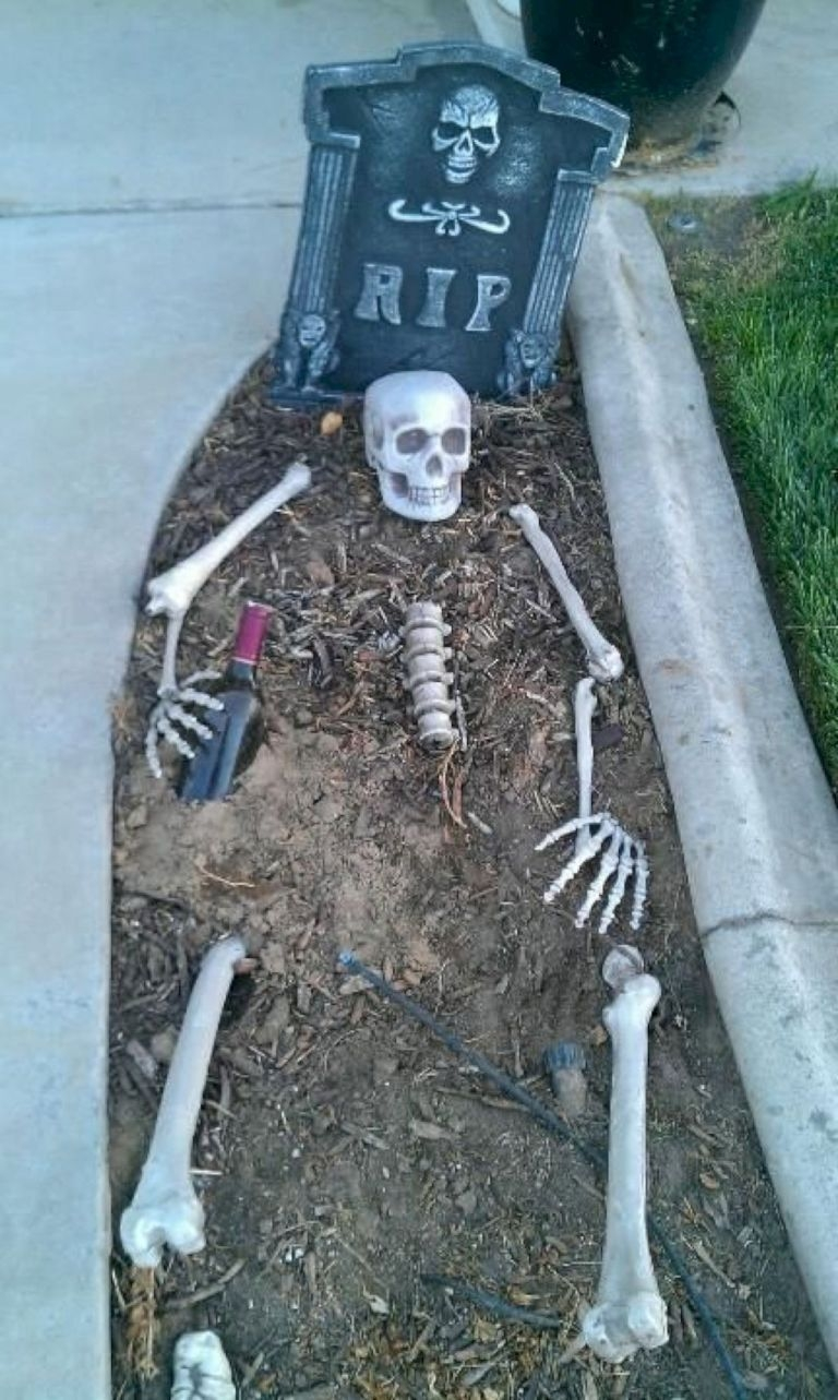 Stylish Outdoor Halloween Decorations Ideas That Everyone Will Be Admired Of30